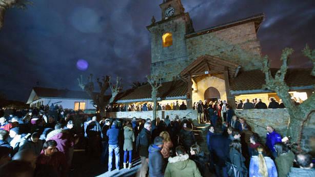 La parroquia estuvo abarrotada de amigos y familiares.Foto: José Mari Martínez